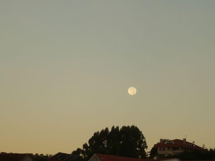 Merchy Malvido nos ha enviado esta foto titulada 'Luna Lunera. Imagen de un anochecer en Moaña.