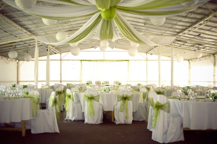 Zöld esküvői dekoráció plafon dekorációval, székszoknyával és lampionokkal | Green wedding decoration with ceiling decoration, chaircover and lanterns