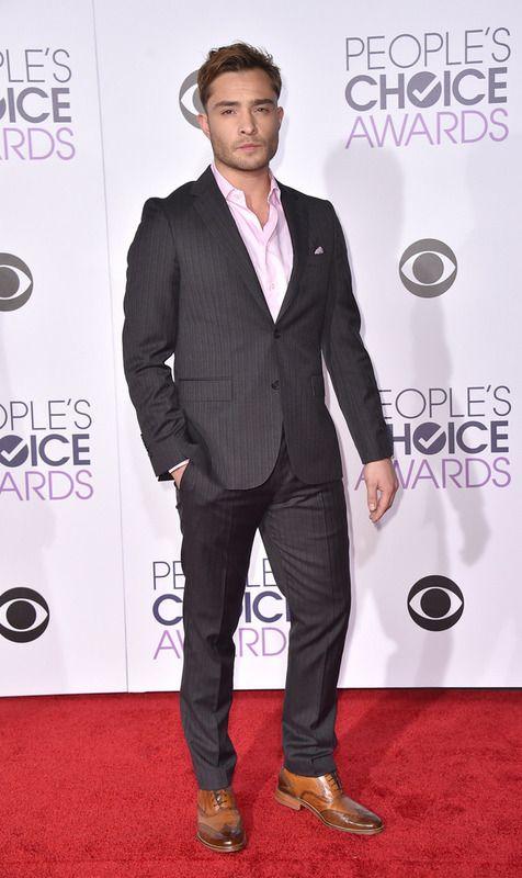 Ed Westwick acudió a la gala con un traje de rayas en gris, camisa rosa y zapatos marrones.