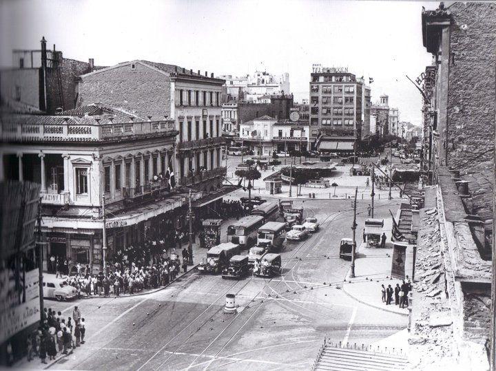Η οδός Πανεπιστημίου, η Αιόλου και η Πλατεία Ομόνοιας. Χαυτεία, Αθήνα 1955 Η φωτογραφία αποτελεί ντοκουμέντο γιατί καταγράφει την κατεδάφιση του διώροφου νεοκλασικού κτηρίου που υπήρχε αριστερά στην συμβολή με την Αιόλου. Πηγή: Η Αθήνα μέσα στο Χρόνο
