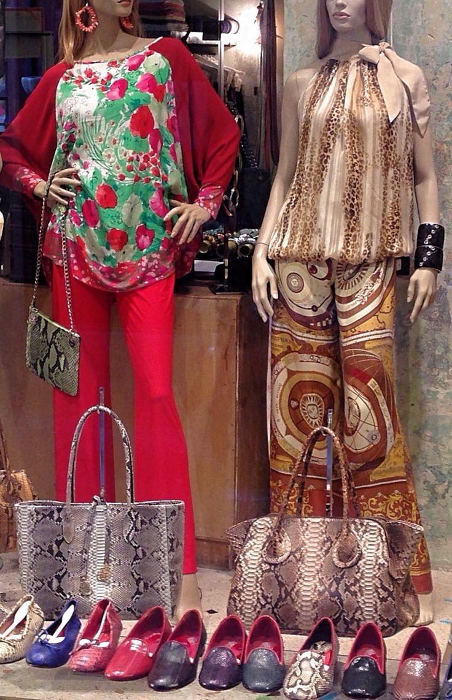Oggi In vetrina da Salamastra: Bluse reversibile in seta chiffon con pantaloni palazzo in maglina e raso di seta.  Pochette, borsa shopping & borsone tutte in pitone.  Orecchini in corallo rosa.  — Today on display by Salamastra: Reversible tops in silk chiffon with palazzo pants in satin silk and silk knit.  Pochette, shopping and large handbag all in python.  Earrings in rose pink coral.