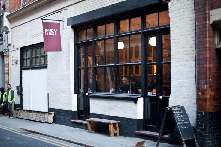 Ruby, restaurante - Uma portinha para entrar, outra para sair. Entre, faça seu pedido (o sanduíche de linguiça com rúcula é matador) e leve seu almoço para comer em alguma praça ali perto. > 35 Charlotte Rd.