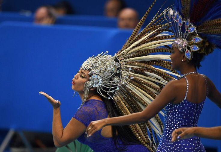 Küsschen für alle: Vor den Schwimmwettbewerben heizten diese Brasilianerinnen...