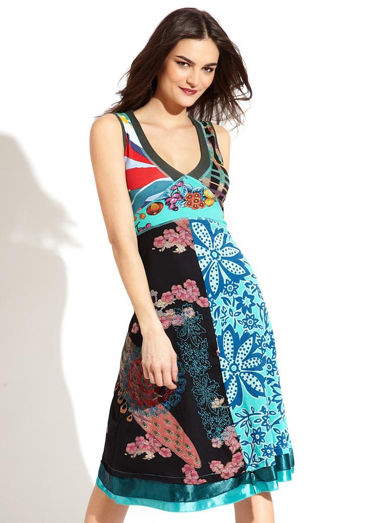 Vestito da donna Desigual modello Gingy della linea Fun. Un vestito Desigual leggendario, con due zone d'impatto chiaramente differenziate per le rispettive stampe. Nota il doppio fondo in raso.