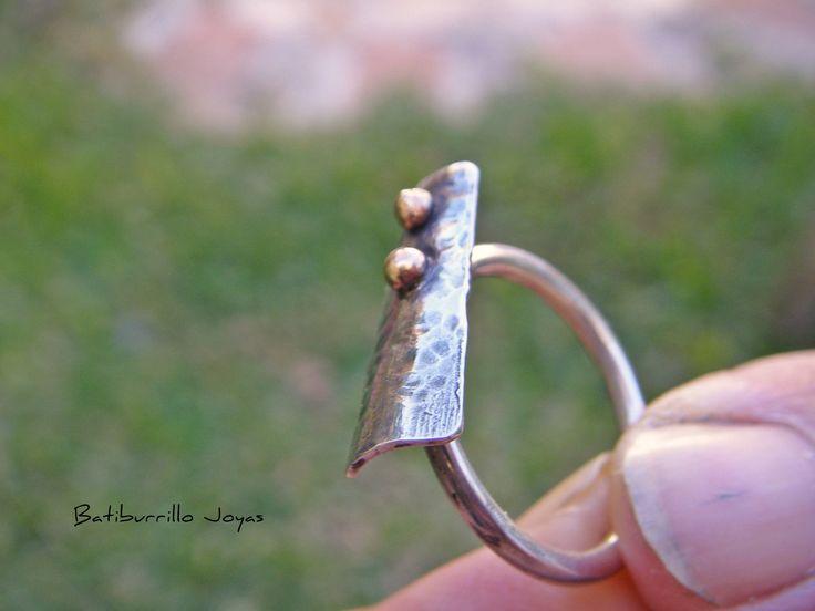 Anillo plata y latón, anillo dos metales, anillo pequeño con detalle en latón, anillo martelé  plata, anillo minimalista, gota de latón