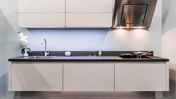 Keukenloods.nl - Xerox Kashmir. Strakke rechte keuken  en kast met ingebouwde vaatwasser, combi-magnetron en koelkast. (Showroom: Zwaag)