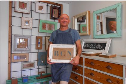 Jaume Cardellach recycles wood to make new handmade products: specifically he makes frames from old pine's doors, keeping the original paint and natural finishes. #art #alpha #artisan #profile #wood #recycle #frame #JaumeCardellach
