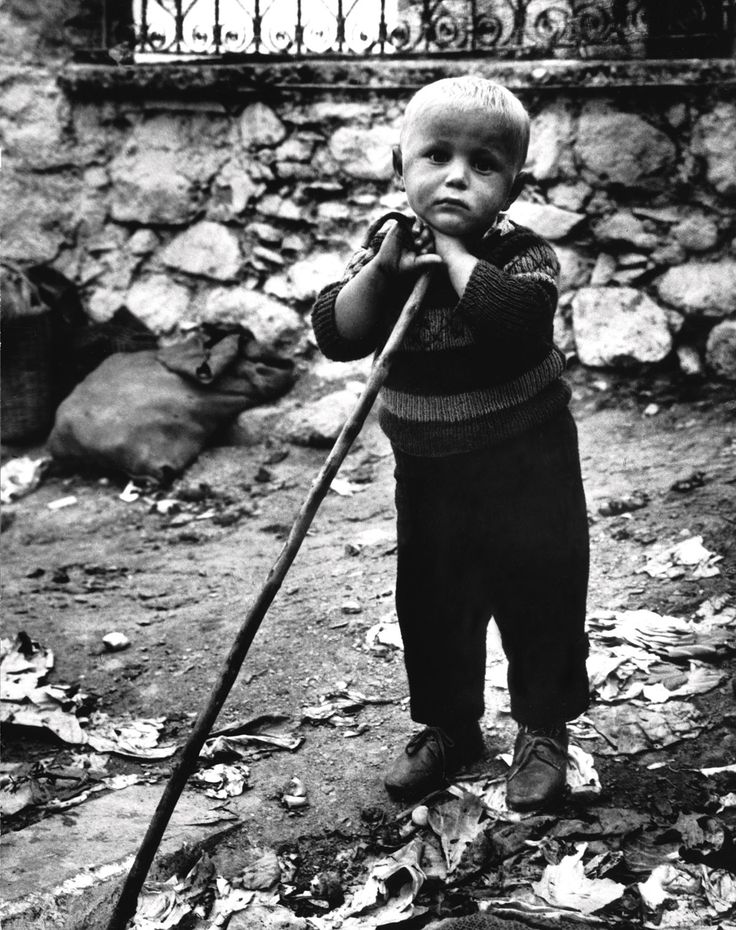 Η εξαιρετική φωτογραφία του Θανάση Τσαγκρή που έγινε αφίσα της Unicef,για το «Έτος παιδιού» το 1981.  Γρεβενά,δεκαετία '50.