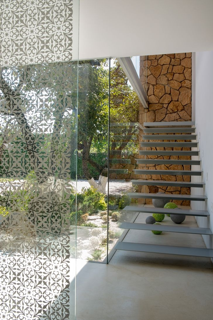 Glass wall and minimal stairs in the Casa del Viento by A-oo1 Taller de Arquitectura