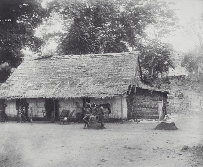 COLLECTIE TROPENMUSEUM Het huis van de posthouder op het eiland Sera TMnr 60039379.jpg
