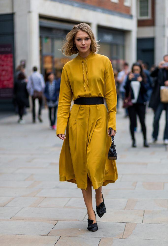 Βελούδο, καπαρντίνες και άλλες 3 τάσεις που κυριάρχησαν στο street style της Εβδομάδας Μόδας του Λονδίνου