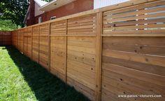 Une clôture horizontale ajourée dans le haut qui procure à la fois de l'intimité et un sentiment d'ouverture.