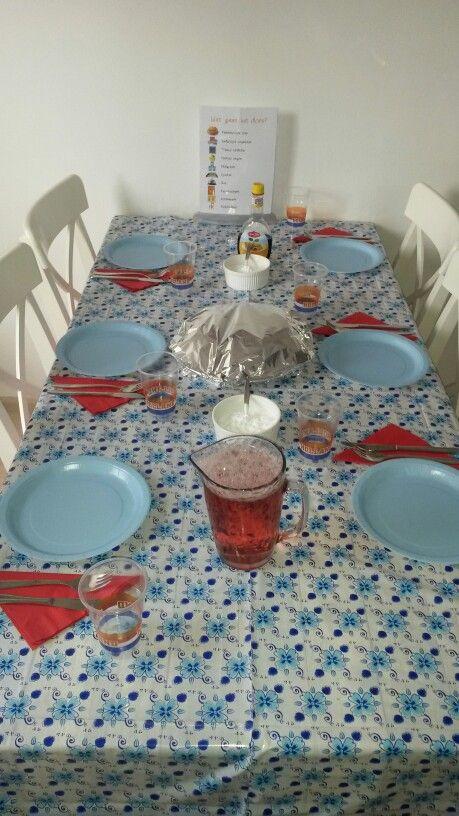 Tafel gedekt voor pannenkoeken met ranja. Laat de kinderen zelf hun pannenkoeken versieren :-)