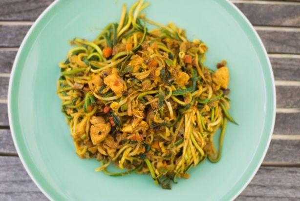 Dol op pastagerechten, maar heb je liever iets gezonders? Vervang de pasta dan eens voor courgette. Qua structuur komt het heel dicht in de buurt en daarnaast is het ook nog eens koolhydraatarm. En naast pasta kun je natuurlijk ook noedels vervangen door courgette te gebruiken. Serveer de Bami van courgette direct en desgewenst met kroepoek, een gebakken eitje, Atjar en augurkjes.Resultaat? Héérlijk! Geniet ervan.