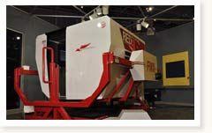 Faites un tour avec le simulateur  Redbird FMX à système de mouvement complet - Sans quitter le sol, ayez la sensation de voler. Prenez place dans le poste de pilotage fermé, prenez les commandes et pilotez grâce à la visualisation complète des environs des aéroports de Rockcliffe et Gatineau. Vous serez ébahi par le réalisme de ce simulateur de vol de haute technologie servant à l'entraînement des pilotes du monde entier.