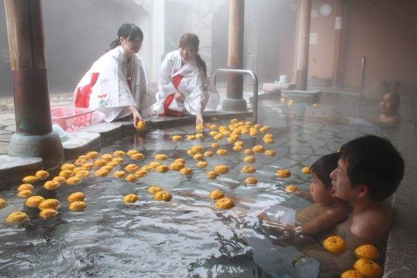 冬至前に「ゆず湯」サービス 岡山・美作の湯郷温泉街