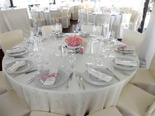 PINK WEDDING IN TUSCANY! Un Matrimonio Rosa pastello nella Campagna toscana!!!  La cena seduta si è svolta nel gazebo. I centrotavola riprendevano lo stile della decorazione della cerimonia, con composizioni rotonde di fiori rosa pastello e nastrini rosa per i tovaglioli. https://www.facebook.com/pages/DivAmica/437498252999809