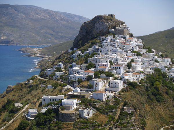 Χτισμένη αμφιθεατρικά, η πρωτεύουσα της Σκύρου, η Χώρα, κερδίζει τον επισκέπτη με τη γραφικότητά της και την πανοραμική θέα προς τα παραθαλάσσια χωριά του νησιού.
