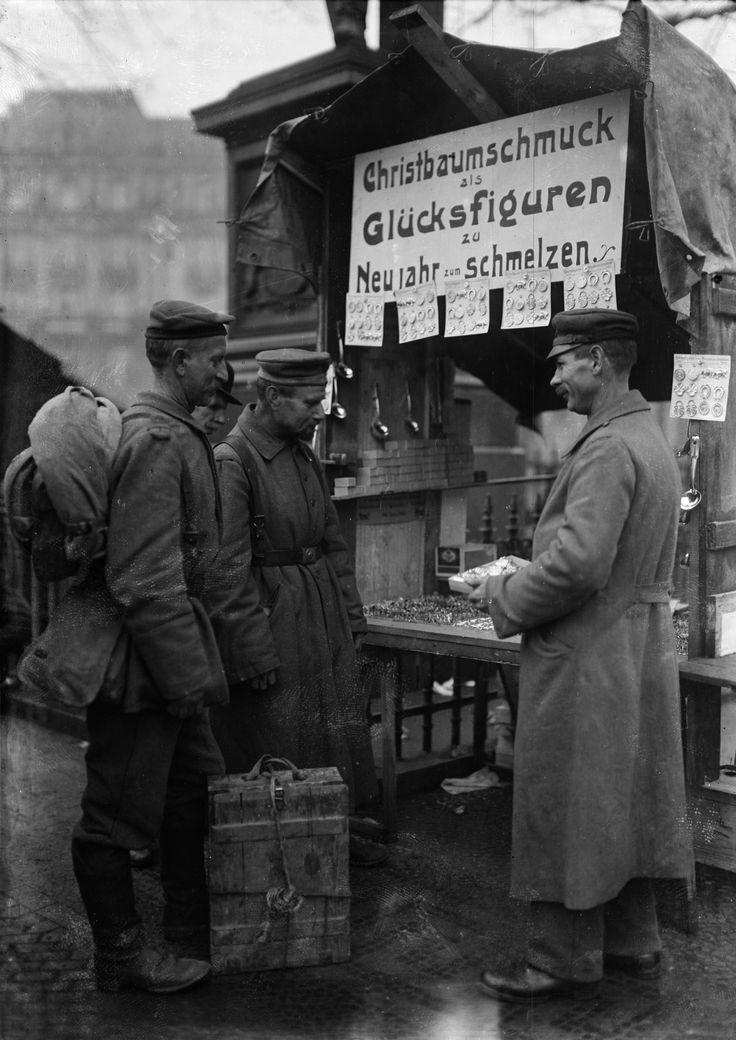 """""""Heimkehrende Landser kaufen auf dem Weihnachtsmarkt Geschenke für die Familie ein"""" (1918). (c) bpk / Kunstbibliothek, SMB, Photothek Willy Römer / Willy Römer"""