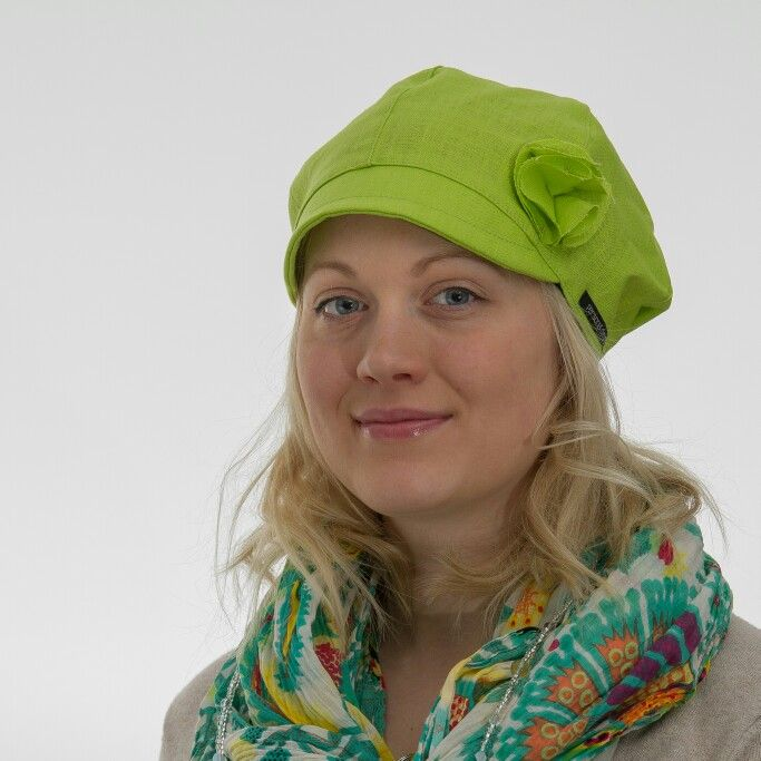 Krookus-malli valmistetaan pellavasta. Suosittu kesäpäähine sopii lapsille ja aikuisille. Made in Jyväskylä Krookus-linen. Our popular, agless design fits all mothers and daugters. Petite hat with small visor it keeps its place in the head elastic band on the back. Pretty flower on the side is also linen just like the hat is. Our wowen PdHat brandsign on the left side. High-quality hat for the summer. #personaldesignhat #finnish #design