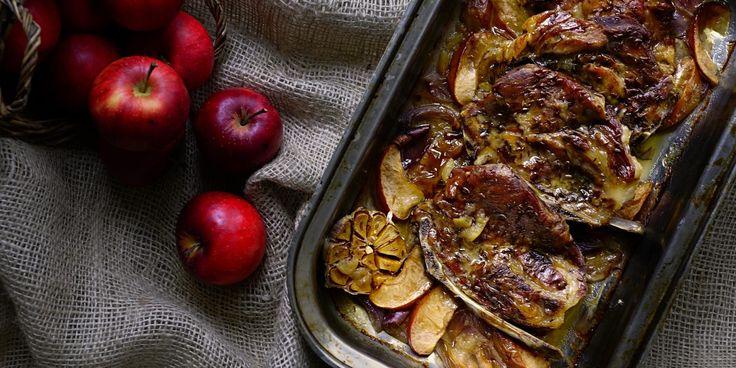 Vepřová krkovice pečená s jablky a červenou cibulí | Coolinářka