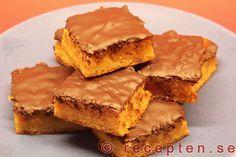 Apelsinmandelrutor med chokladtäcke - Mycket goda kakor med endast 4 ingredienser: mandelmassa, apelsin, ägg och choklad. Baka dem enkelt med detta recept.