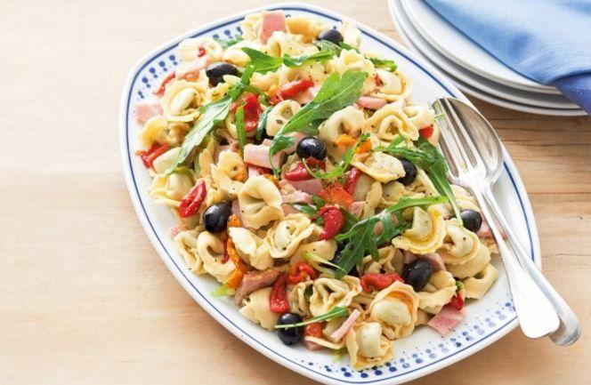 Σαλάτα+ζυμαρικών+με+τορτελίνια,+ζαμπόν+και+πιπεριά+Φλωρίνης