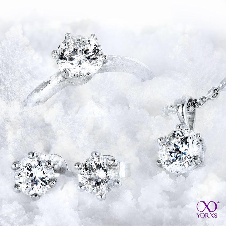 Brilliants all over! #schmuckset #diamanten #diamantanhänger #daiamantring #solitärring #diamantohrstecker #yorxs