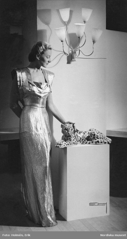 Modell poserar i en ärmlös aftonklänning, 1945. Foto: Erik Holmén för Nordiska Kompaniet