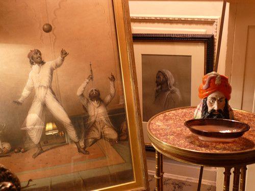 Visite d'un appartement opulent à New York Une importante collection de dessins et de tableaux orientalistes côtoie des canapés Napoléon III, des sculptures africaines, du mobilier français du XVIIIème siècle, des tapis turcs, des tissus panthère et tigre,...
