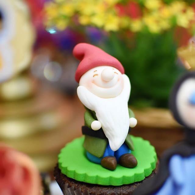 ~°~ Cupcake Branca de Neve ~ Fotografia: @umpoucodenozfotografia (https://www.facebook.com/umpoucodenoz) ~°~ #festabrancadeneve #snowwhiteparty #cupcakesdecorados #presidenteprudente