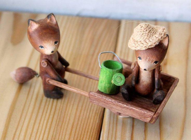 Дачный сезон открыт! Пара лисят и садовый инвентарь. У тачки колесико крутится. В комплекте еще лопаточка. Лисы самостоятельно стоят и сидят, лапы на пуговичном креплении, голова вращается. Дом нашли. #лисы #лисята  #лисички #лиса #лисёнок #fox #foxes #wood_toys #wood #olha_toys #деревянныеигрушки #деревянные_игрушки #садоводы #дачники #лисёнок #лисёнок