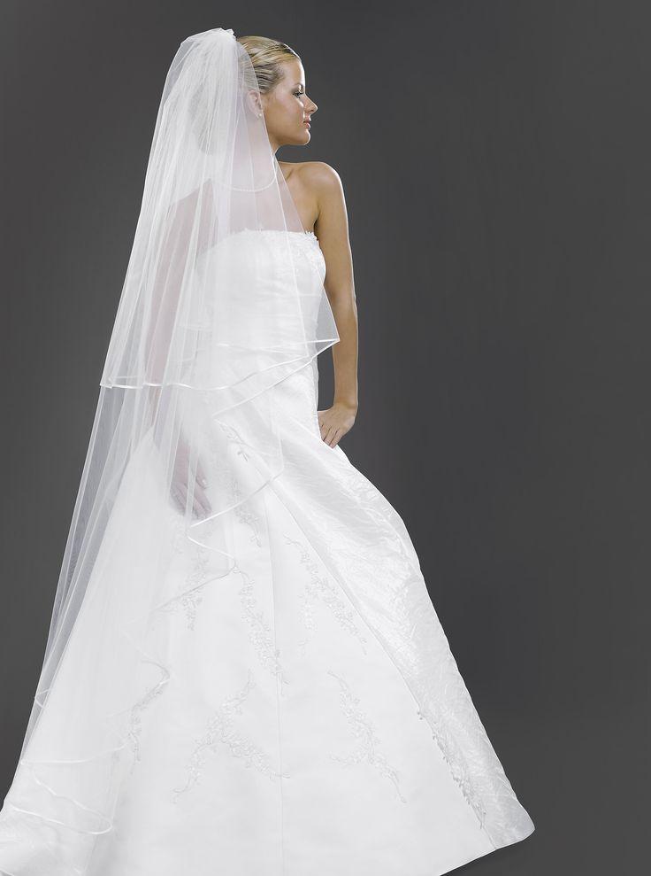 Nádherný bohatý tzv. Kaplnkový svadobný závoj so saténovým lemom z kolekcie Glamour.