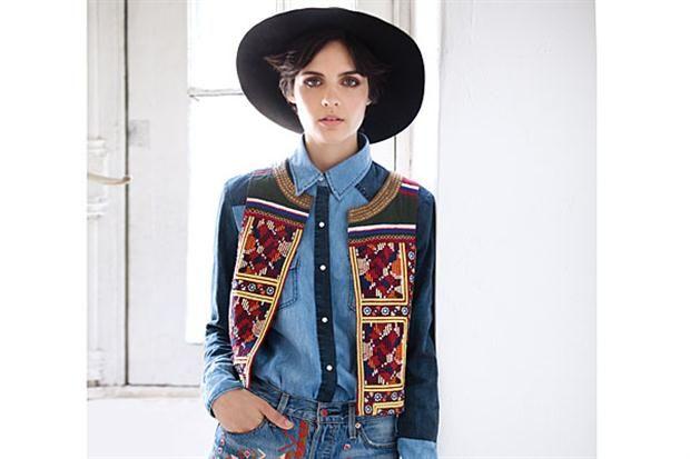 Tendencia INVIERNO  Sombrero (Kosiuko), camisa de denim (Desiderata), chaleco irregular (India Style), shorts bordados (Levi´s).  Lanacion.com.ar