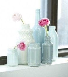 Mooi: Flesjes en potjes in verschillende tinten gespoten. Zet ze bij elkaar, mooie bloemen er in en klaar!