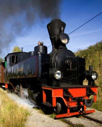 Gi et gavekort på en tur med dette lille, damplokomotivet, det er moro for alle. Toget kjører en museumsbane som er i overkant av 4 km av den opprinnelige togstrekningen. Man kan velge mellom 3. klasse med trebenker og 2. klasse, der to norske konger har reist, med standsmessige plysjseter. Til og med billetten er i gammel stil, det føles som en tur tilbake i tid.