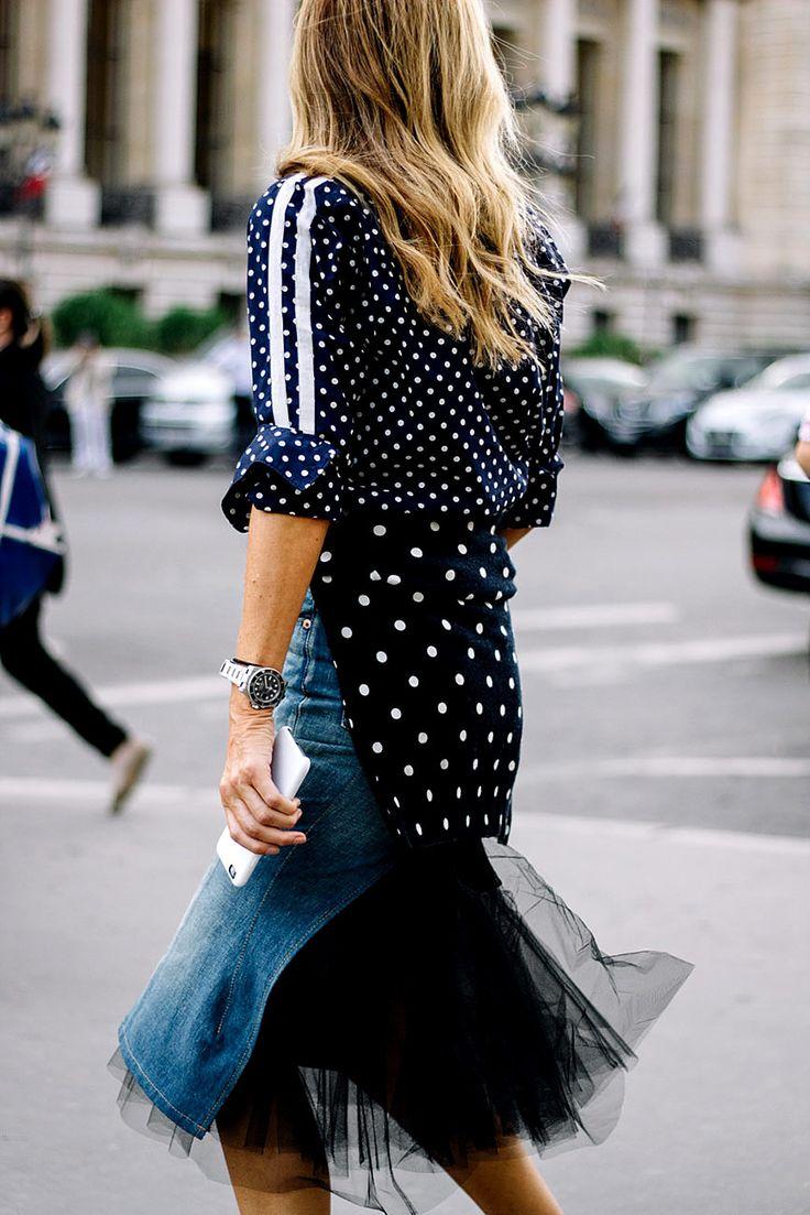 Sarah Rutson usando falda de Junya Watanabe y botines de Givenchy. Las polka dots son el hit de la estación.