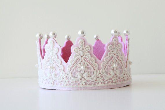 Corona de encaje y fieltro