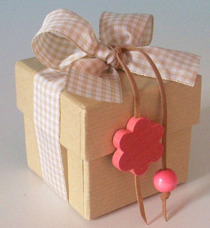 Κουτί craft με καρώ κορδέλα και ξύλινο λουλούδι