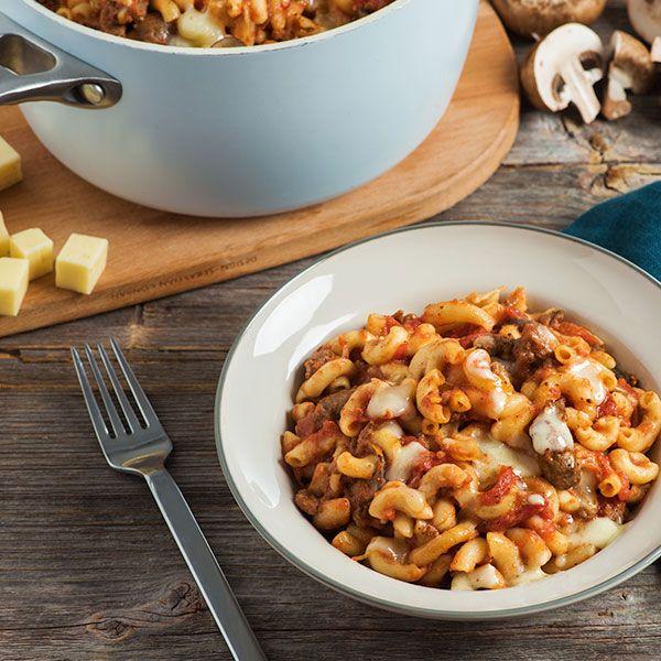 Ingrédients 3/4 emb. (500g) de Macaroni Catelli® 2 c. à thé (10ml) d'huile végétale 1lb (500g) de bœuf haché maigre 2 c. à thé (10ml) de feuilles d'origan séchées 1 c. à thé (5ml) de feuilles de basilic séchées 1 c. à thé (5ml) de sel 1 oignon, haché 1 boîte (796ml) de tomates …