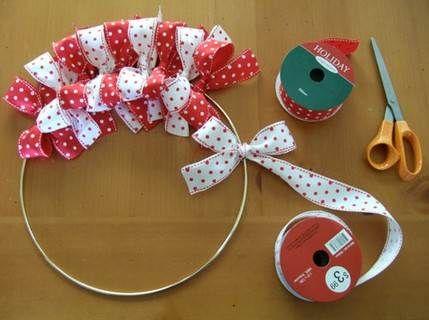 Como hacer una corona navideña con cintas » http://manualidadesnavidad.org/como-hacer-una-corona-navidena-con-cintas/