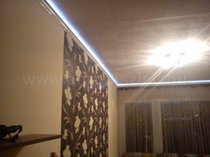 """LED csík kiegészítő világításként nappaliban szobában.  A holkerben méterenként 60 darab 3528SMD leddel szerelt LED csík világít, abból is a dekor típus, amelynek alacsonyabb fényereje van, mint más """"A"""" minősítésű LED chipek."""