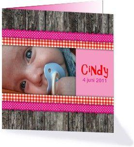 Een lief maar stoer geboortekaartje voor een meisje met ruimte voor de babyfoto, naam en geboortedatum. Leuke roze en roze linten accenten op het stoere hout maken het een echte meidenkaart. Dit geboortekaartje kun je vinden bij de houten geboortekaartjes.