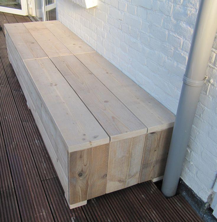 Een klepbank van gebruikt steigerhout kan op uw kleine balkon een ...