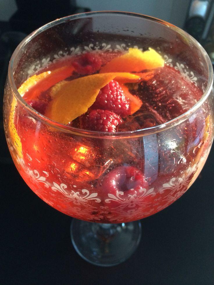 GinTonic de Tanqueray Raslngpur con Original Cherry Premium Tónic Water. Botanicos flip de naranja y limón y frambuesas.