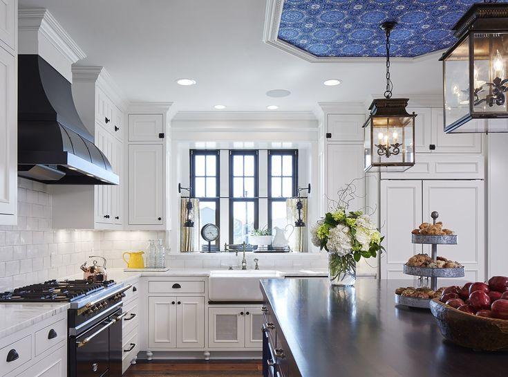 シンクの正面に細長の上げ下げ窓を3つ並べて配した白基調の明るく開放的なキッチン