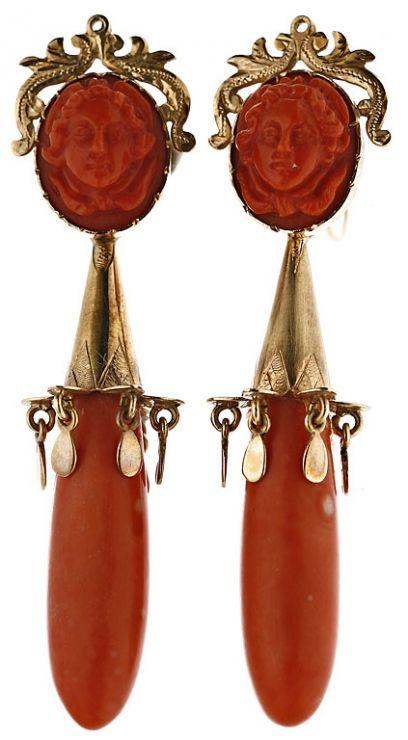 Pendientes españoles o italianos en oro y coral Época isabelina-alfonsina, segunda mitad del siglo XIX. Desmontables, pudiendo utilizarse la parte superior de modo individual