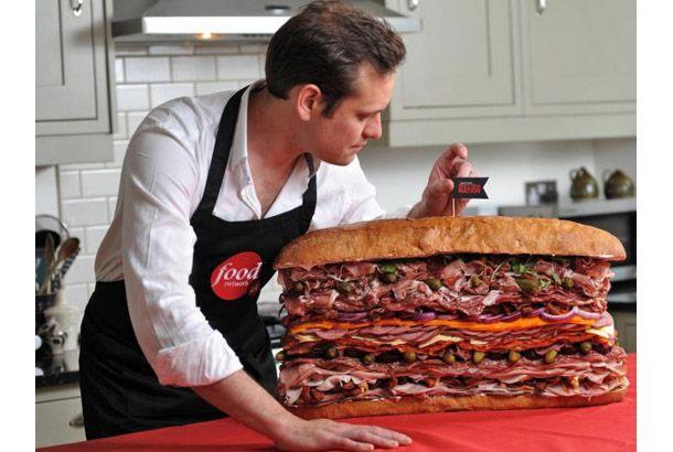 """""""イギリスのシェフ、Tristan Welch氏が制作したサンドイッチ『Meaty Sandwich』。その大きさといえば、長さ61cm、高さ38cm! 実際食べきるのに10時間かかったそうですよ!    そして世界一の肉サンドと名乗るだけあって、ハムだけで約1.5kg、サラミ、ターキー、ベーコンで2kg、ソーセージで1kg、そしてチョリソーが720g、が入っているそうです。使われている具材は全部で41種類あり、そのうちお肉だけでも35種類あるそうです。"""""""