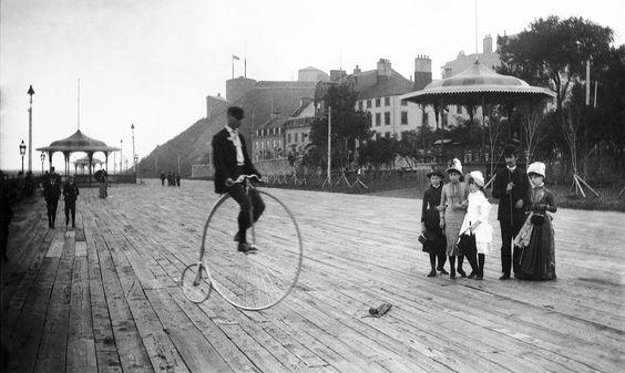 1900- Grand bicycle sur la terrasse Dufferin, vers 1900.