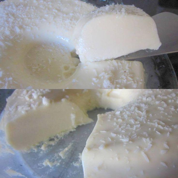 1 lata de leite condensado  - 1 lata de creme de leite  - 1 xícara de água quente  - 1 copo americano de leite  - 2 caixa maria-mole de coco  - coco ralado para polvilhar